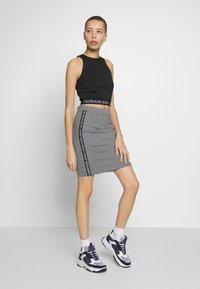 Calvin Klein Jeans - MILANO LOGO SKIRT - Pouzdrová sukně - mid grey heather - 1
