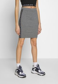 Calvin Klein Jeans - MILANO LOGO SKIRT - Pouzdrová sukně - mid grey heather - 0