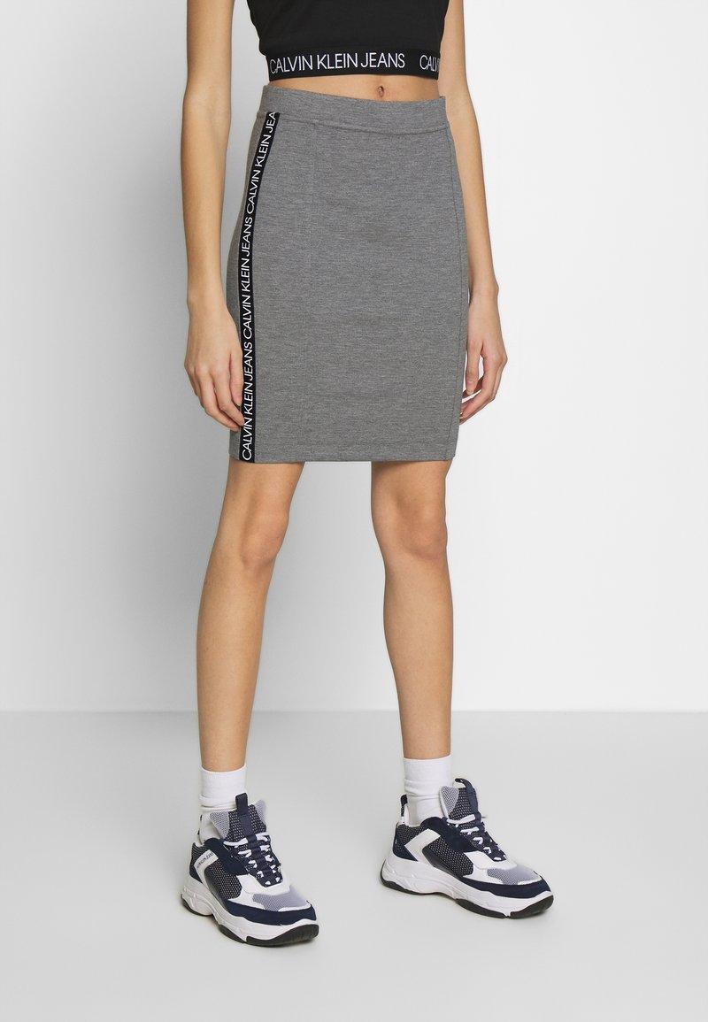 Calvin Klein Jeans - MILANO LOGO SKIRT - Pouzdrová sukně - mid grey heather