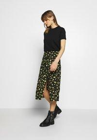 Calvin Klein Jeans - FLORAL MIDI SKIRT - Blyantskjørt - black grungy / halftone yellow floral - 1