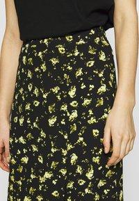 Calvin Klein Jeans - FLORAL MIDI SKIRT - Blyantskjørt - black grungy / halftone yellow floral - 4