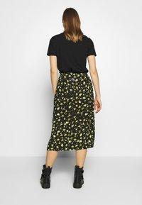 Calvin Klein Jeans - FLORAL MIDI SKIRT - Blyantskjørt - black grungy / halftone yellow floral - 2