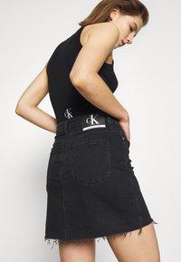 Calvin Klein Jeans - CK ONE HIGH RISE MINI SKIRT - Farkkuhame - black stone - 5