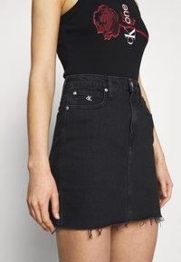 Calvin Klein Jeans - CK ONE HIGH RISE MINI SKIRT - Farkkuhame - black stone - 3
