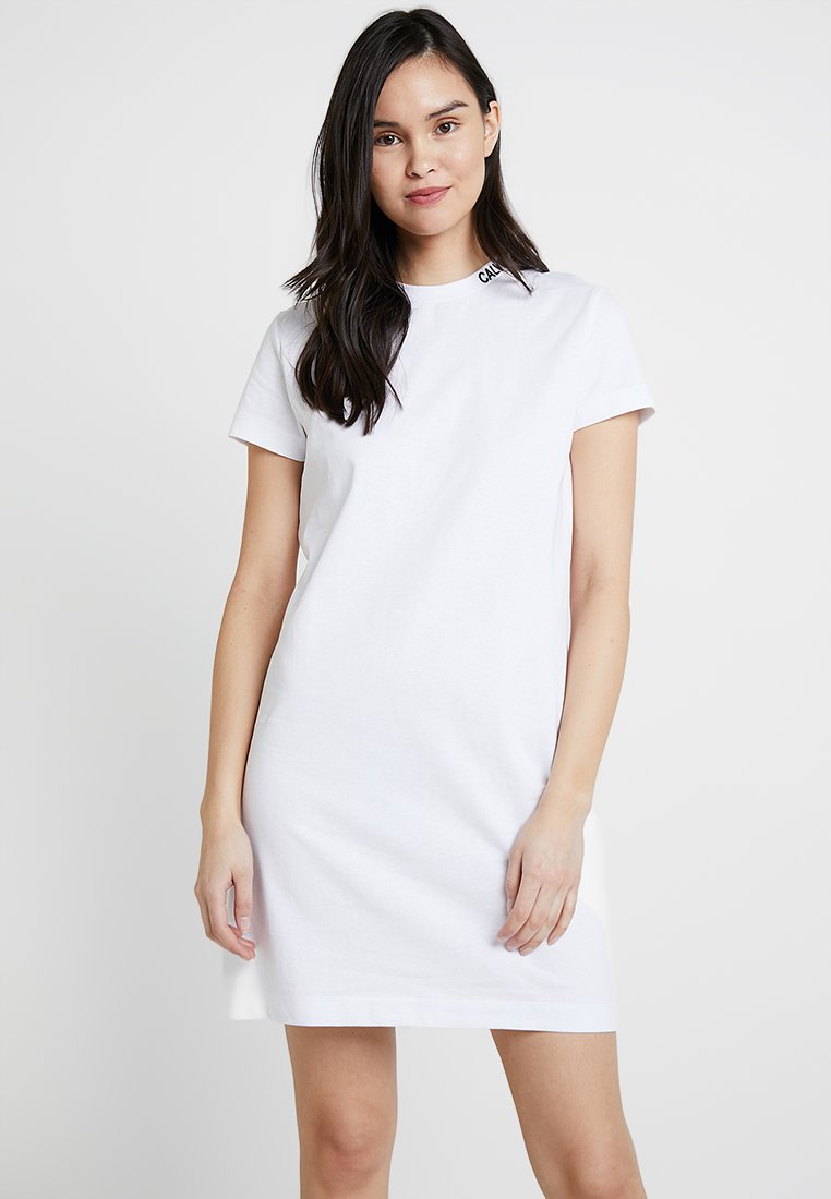 Calvin Klein Jeans - SKATER TEE DRESS - Jerseykjoler - bright white