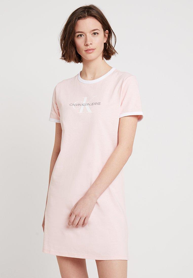 Calvin Klein Jeans - MONOGRAM RINGER DRESS - Sukienka z dżerseju - strawberry cream/white