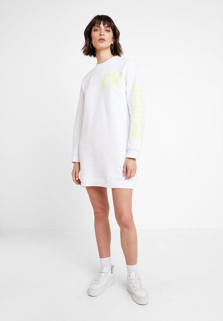 Calvin Klein Jeans - LOGO DRESS - Denní šaty - bright white/safety yellow