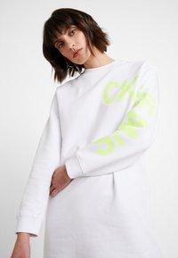 Calvin Klein Jeans - LOGO DRESS - Denní šaty - bright white/safety yellow - 4