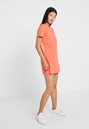 TAPE LOGO DRESS - Žerzejové šaty - hot coral