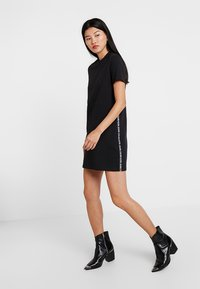 Calvin Klein Jeans - TAPE LOGO DRESS - Žerzejové šaty - black - 1