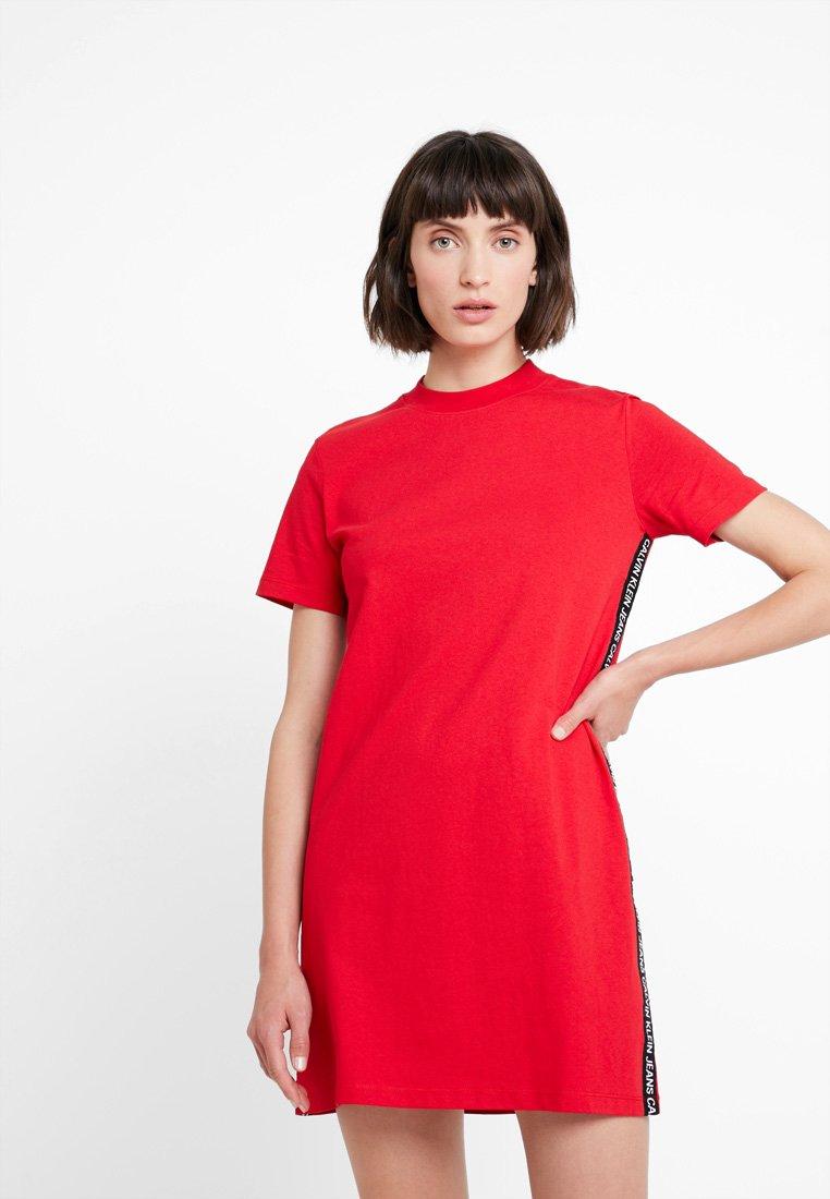 Calvin Klein Jeans - TAPE LOGO DRESS - Jerseykleid - barbados cherry