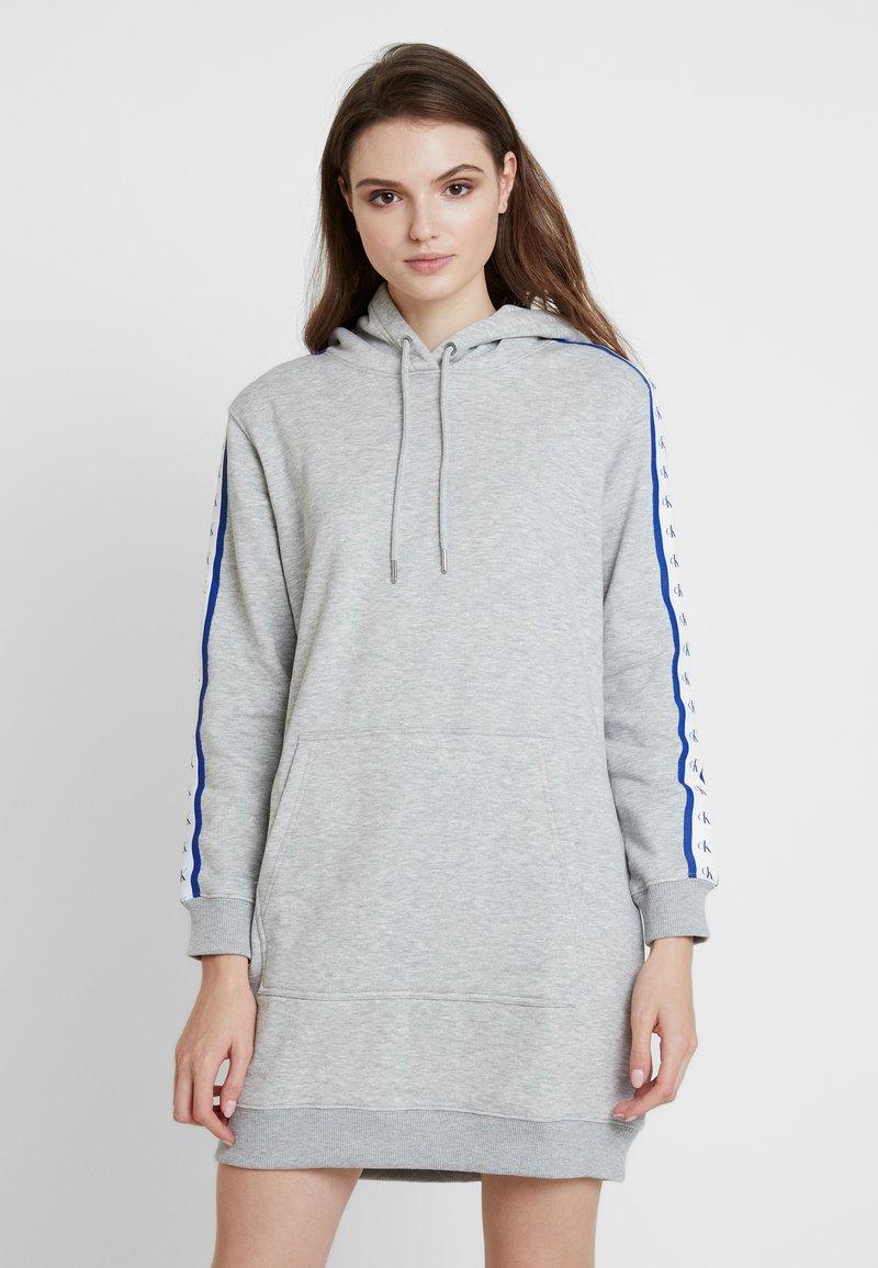 Calvin Klein Jeans - HOODED MONOGRAM TAPE DRESS - Freizeitkleid - light grey heather