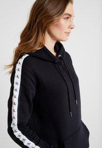 Calvin Klein Jeans - HOODED MONOGRAM TAPE DRESS - Vestido informal - ck black - 5