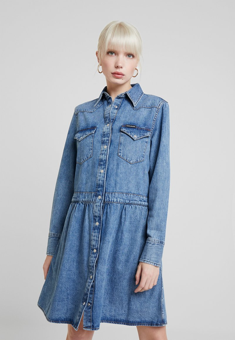 Calvin Klein Jeans - PRAIRE DRESS - Jeanskleid - iconic mid stone