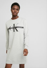 Calvin Klein Jeans - TAPING THROUGH MONOGRAM DRESS - Denní šaty - light grey heather - 0