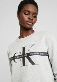 Calvin Klein Jeans - TAPING THROUGH MONOGRAM DRESS - Denní šaty - light grey heather - 4