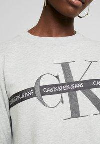 Calvin Klein Jeans - TAPING THROUGH MONOGRAM DRESS - Denní šaty - light grey heather - 6