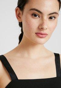 Calvin Klein Jeans - MILANO LOGO STRAP SLIP DRESS - Robe en jersey - black - 4