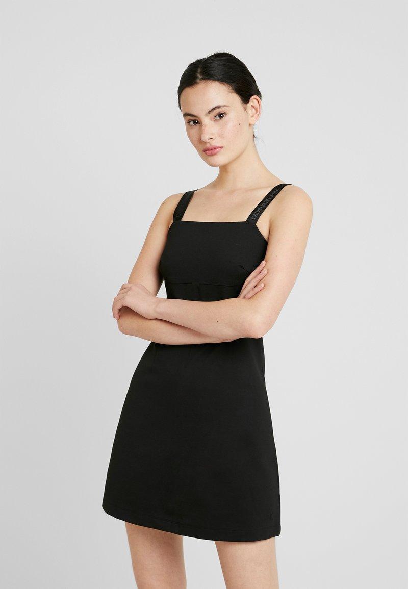 Calvin Klein Jeans - MILANO LOGO STRAP SLIP DRESS - Robe en jersey - black