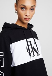 Calvin Klein Jeans - BLOCKING STATEMENT LOGODRESS - Robe d'été - black - 6
