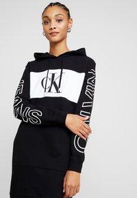 Calvin Klein Jeans - BLOCKING STATEMENT LOGODRESS - Robe d'été - black - 4