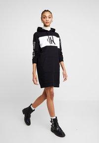 Calvin Klein Jeans - BLOCKING STATEMENT LOGODRESS - Robe d'été - black - 2