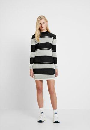 LONG SLEEVE RIB SWEATER DRESS - Robe pull - black/white/grey stripe