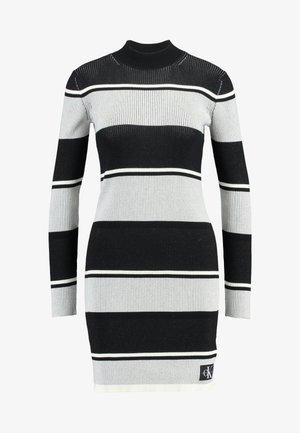 LONG SLEEVE RIB SWEATER DRESS - Pletené šaty - black/white/grey stripe
