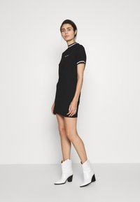 Calvin Klein Jeans - NECK AND CUFF TIPPING TEE DRESS - Žerzejové šaty - ck black - 1
