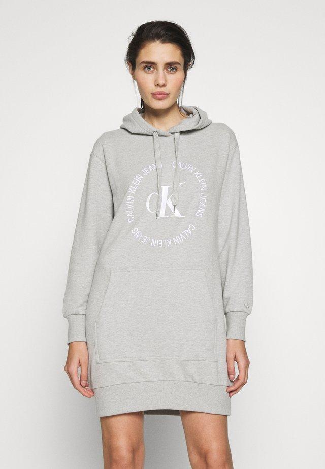 ROUND LOGO HOODED DRESS - Sukienka letnia - light grey heather