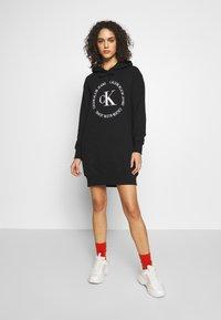 Calvin Klein Jeans - ROUND LOGO HOODED DRESS - Vestido informal - black - 1