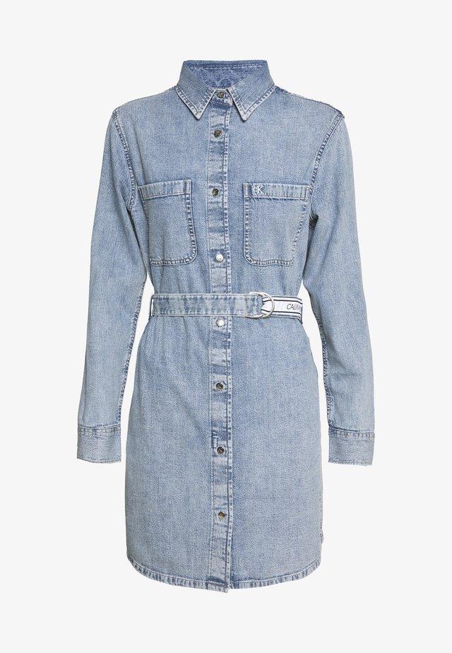 RELAXED SHIRT DRESS BELT - Sukienka jeansowa - light blue
