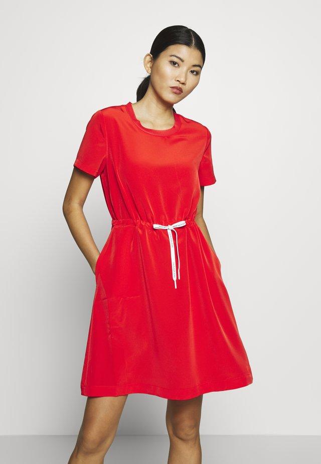 BRANDED DRAW CORDS WAISTED DRESS - Korte jurk - fiery red