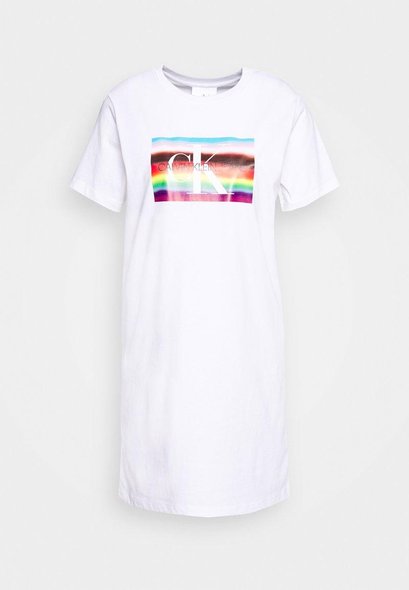 Calvin Klein Jeans - LARGE FLAG TEE DRESS - Žerzejové šaty - bright white