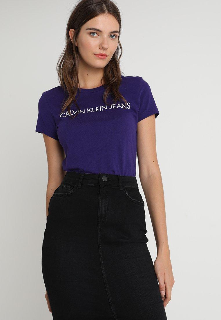 Calvin Klein Jeans - INSTITUTIONAL LOGO TEE - T-shirt med print - parachute purple