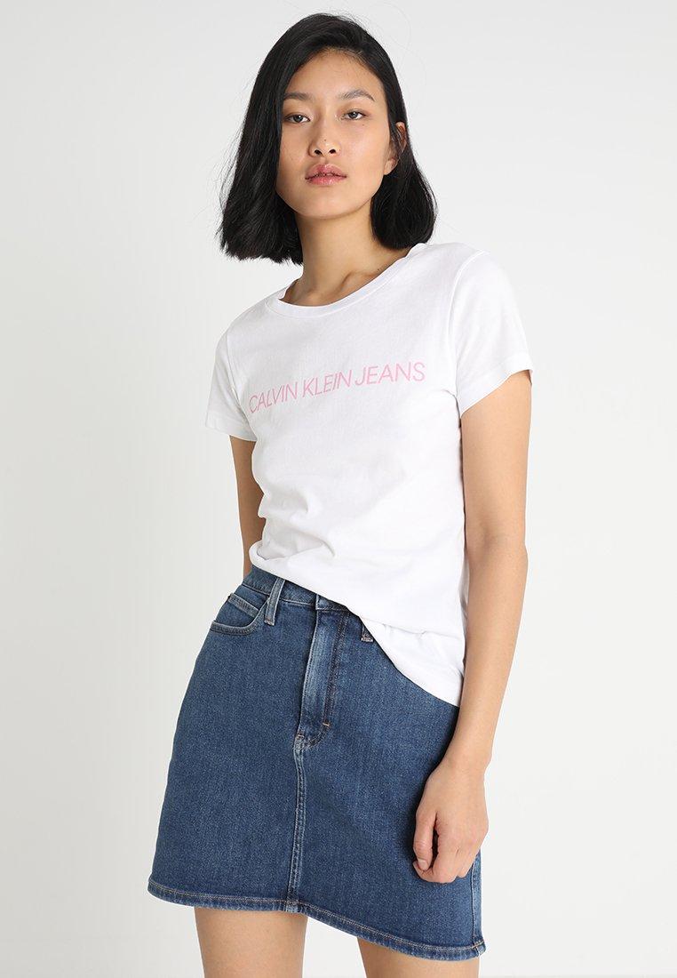 Calvin Klein Jeans - INSTITUTIONAL LOGO TEE - T-shirt print - bright white/begonia pink
