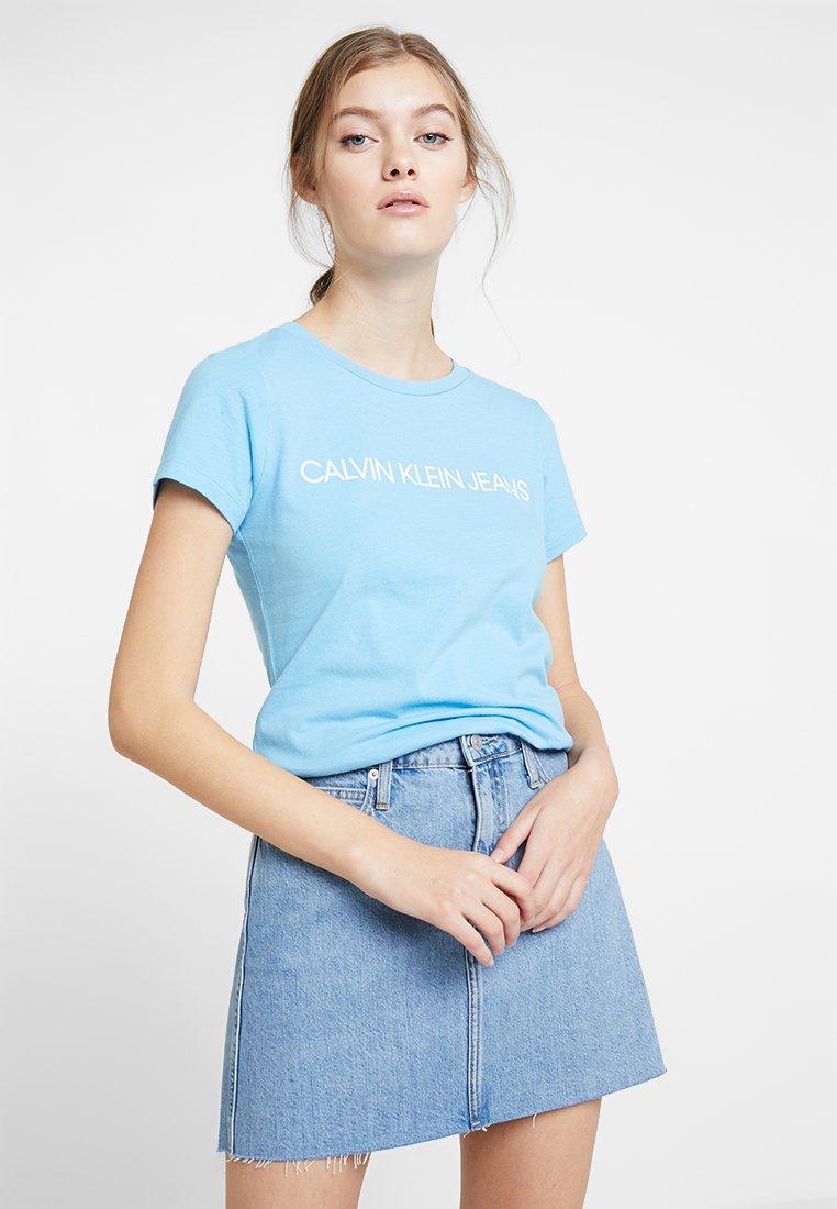 Calvin Klein Jeans - INSTITUTIONAL LOGO TEE - T-shirt z nadrukiem - alaskan blue