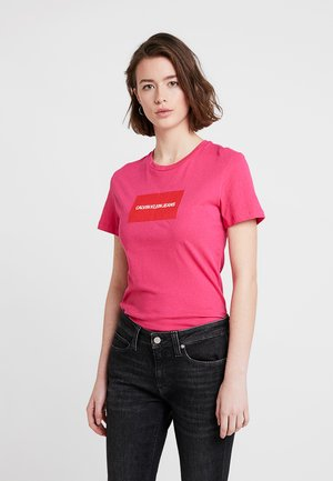 INSTITUTIONAL BOX SLIM FIT TEE - T-shirt con stampa - cabaret/racing red