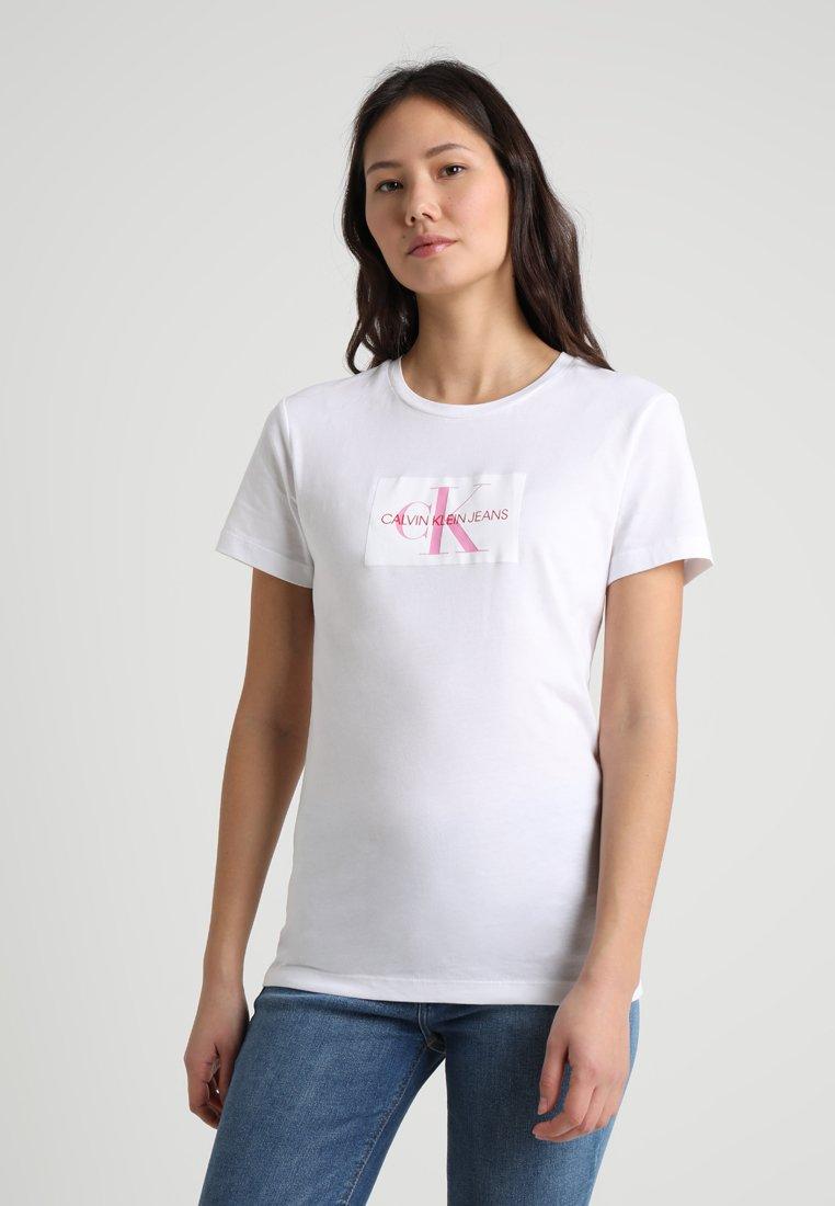 Calvin Klein Jeans - MONOGRAM SLIM TEE - T-shirt z nadrukiem - bright white