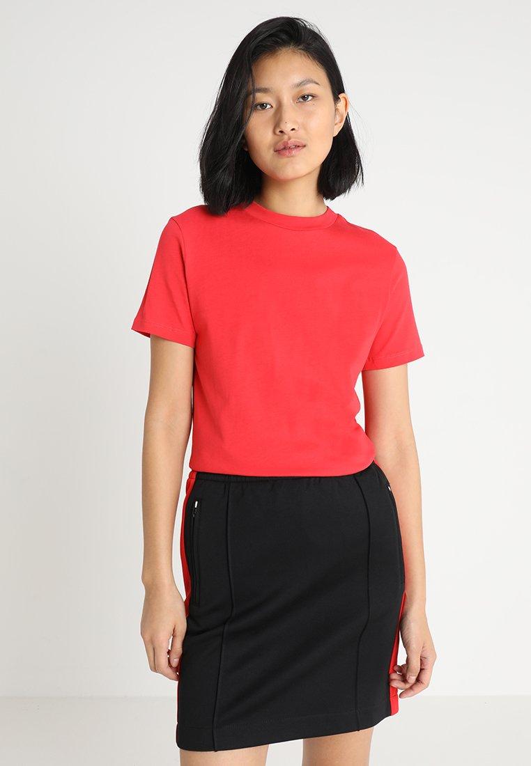 Calvin Klein Jeans - CORE STRAIGHT FIT TEE - Triko spotiskem - racing red