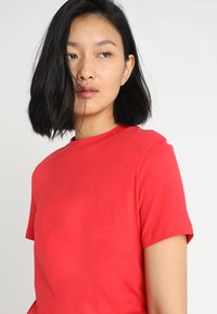Calvin Klein Jeans - CORE STRAIGHT FIT TEE - T-shirt con stampa - racing red - 3