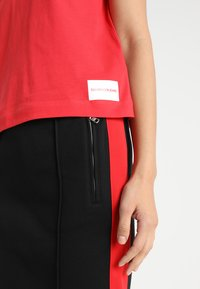 Calvin Klein Jeans - CORE STRAIGHT FIT TEE - T-shirt con stampa - racing red - 5