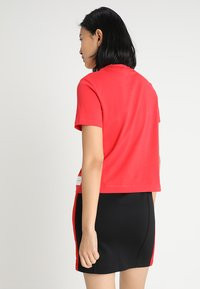 Calvin Klein Jeans - CORE STRAIGHT FIT TEE - T-shirt con stampa - racing red - 2