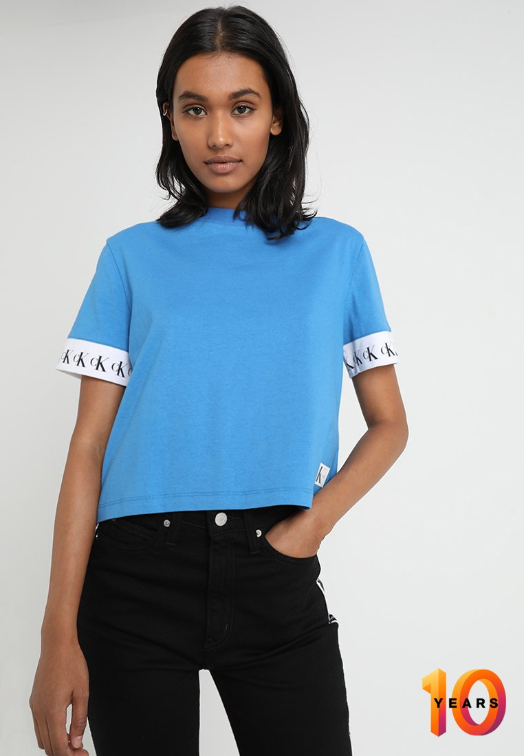 Calvin Klein Jeans - TAPE ON SLEEVE TEE CROPPED - T-shirt imprimé - regatta