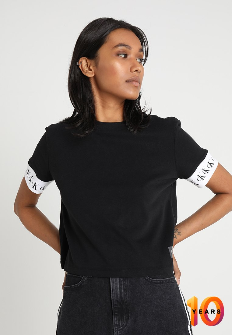 Calvin Klein Jeans - TAPE ON SLEEVE TEE CROPPED - T-shirt imprimé - black