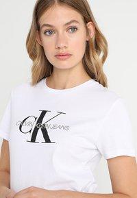 Calvin Klein Jeans - CORE MONOGRAM LOGO - Triko spotiskem - bright white - 4