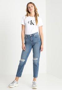 Calvin Klein Jeans - CORE MONOGRAM LOGO - Triko spotiskem - bright white - 1