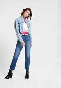 Calvin Klein Jeans - STRAIGHT - T-shirt z nadrukiem - cabaret/white - 1