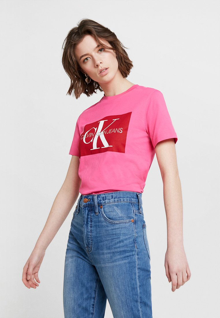Calvin Klein Jeans - ICONIC MONOGRAM BOX STRAIGHT TEE - T-shirt con stampa - cabaret/racing red