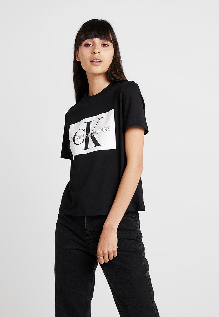 Calvin Klein Jeans - ICONIC MONOGRAM BOX STRAIGHT TEE - T-Shirt print - black/ white